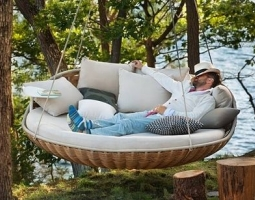 Kabanti lova – originalus baldas jūsų poilsiui