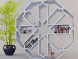 Snaigės formos lentyna, kurianti žiemos interjero pojūtį