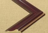 Klasikinių formų tamsaus raudonmedžio spalvos plastikinis rėmas su dekoratyviu apvadu