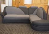 """Vokiškas svetainės kampas """"Elma"""" su miegama funkcija ir patalynės dėže."""
