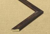 Klasikinis tamsiai rudos spalvos plastikinis rėmas su dekoratyviu ornamentiniu apvadu ir auksiniais akcentais
