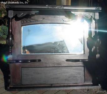 Raižytas veidrodis su lentynėlėmis