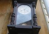 Laikrodis puoštas tekintomis detalėmis