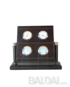 Laikrodis mediniame stove