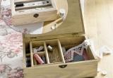 Medinė dėžutė siuvimo reikmenims